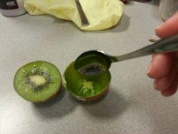Ăn kiwi buổi tối có mập, tốt không? Ăn đúng cách để không bị ngứa miệng